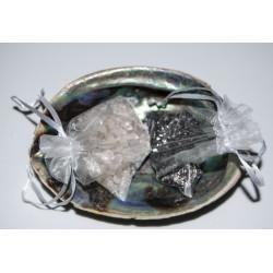 Abaloneschelp met bergkristal en hematiet om uw edelstenen te ontladen of opladen